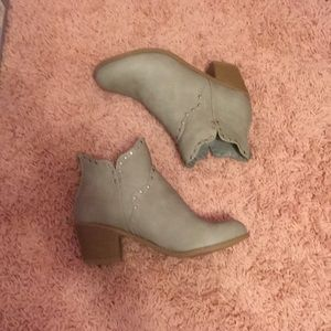 NWOT journee booties 8.5. Beautiful stone color.